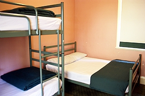 blue mountains backpacker hostel - The Gate House offers bunk/queen bed room .